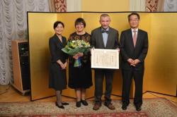 Церемония вручения грамоты. Александр Мещеряков и посол Японии в России господин Такахито Харада. Фото: посольство Японии.