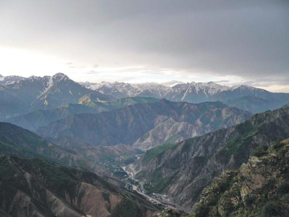 Вид на Гиссарский хребет из Варзобского ущелья. Фото автора