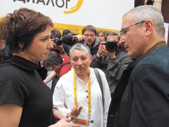 Е. Гордеева, Л. Улицкая и М. Ходорковский за несколько минут до открытия конгресса в Киеве