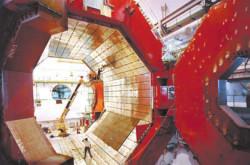 L3 – магнит, используемый в эксперименте ALICE. Снимок позволяет оценить размеры детектора в сравнении с человеческими фигурами на снимке до начала монтажа