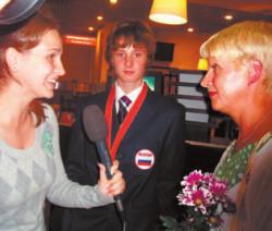 Журналисты берут интервью у мамы золотого медалиста Олимпиады П.Буслаева. (Фото Н.Деминой)