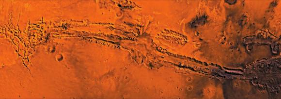 Долина Маринера на Марсе - система рифтовых расщелин длиной около 4500 км, шириной 200 км и глубиной до 11 км, т.е. он по масштабу на порядок превосходит знаменитый Большой каньон в Аризоне. На снимке - мозаика из снимков Долины Маринера.