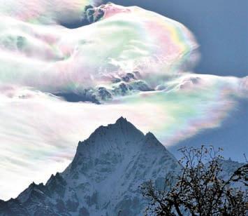 Иризация на перисто-кучевых облаках. Фото О. Бартунова.Гималаи, 18 октября 2009 года (www.flickr.com/photos/ obartunov/4085266152/in/set-72157622740300156)