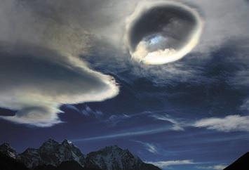 Иризация на краях линзовидных (лентикулярных) высоко-кучевых облаков. Фото О. Бартунова. Гималаи, 4 января 2013 года (www.flickr.com/ photos/obartunov/8417302256)