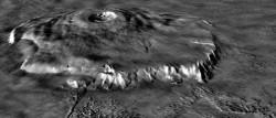 Вид вулкана Olympus Mons сбоку, составленный при помощи данных лазерной высотометрии (MOLA). Миссия НАСА - Mars Global Surveyor. Вертикальный масштаб увеличен в 10 раз. На передней части комбинированного снимка видно соотношение крутого борта вулкана и окружающих отложений (aureole deposits), образовавшихся в результате его разрушения.