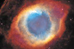 Одна из ближайших к нам - туманность Улитка (англоязычное название - Helix). Поскольку снимок сделан с хорошим разрешением (точнее, это мозаика снимков), даем его крупным планом. Звездочка в центре - горячее ядро звезды, превращающееся в белый карлик. Бурое кольцевое облако - остывшее вещество звезды, частично конденсировавшееся в пыль.Излучение звезды испарило всю пыль и ионизовало газ в центре, остались только плотные комки, принявшие под действием излучения форму комет. Планетарные туманности сильно отличаются друг от друга, но есть повторяющиеся типы и особенности: «перетяжки» в экваториальной плоскости и симметричные «пузыри» (Кальмар, Бабочка, Клещ, Муфта); вездесущие джеты (струи) вдоль оси вращения (Кошкин глаз, Карамель, Киви); вложенные друг в друга несимметричные пузыри, свидетельствующие о нестационарности истечения вещества (Кошкин глаз, Карамель, Эскимос); «кометы» из плотных газово-пылевых облаков (Улитка, Эскимос, Глаз); некоторые особенности и формы (например, Кристалл) совершенно загадочны.