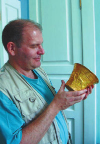 Золотой культовый сосуд, обнаруженный в 2013 году при раскопках скифского кургана в Ставропольском крае (руководитель раскопок А.Б. Белинский)