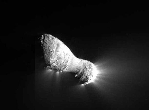 Ядро кометы 103P/Хартли,  сфотографированное 4 ноября  2010 года с близкого расстояния  космическим аппаратом EPOXI.  Максимальная длина — 2,25 км.  На снимке четко видно, что вещество  в окружающее пространство активно  испускает лишь часть кометного ядра.  Изображение: «Википедия»
