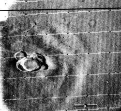 Снимок вулкана Olympus Mons, возвышающегося над сплошным покровом пылевой бури. Снимок получен в 1971 г. в ходе одной из ранних миссий НАСА.