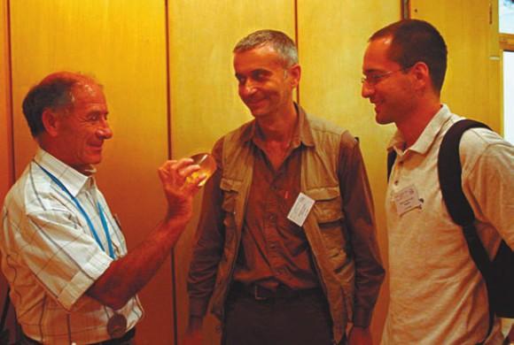 Габор Домокош (в центре) и Петер Варконьи (справа) дарят Владимиру Арнольду гёмбёц с серийным номером 001