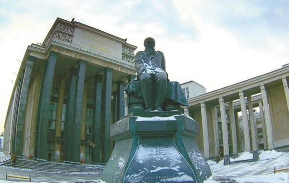 Кажется, недаром перед РГБ поставили памятник автору романа «Преступление и наказание». Фото Adam Baker, wikimedia.org