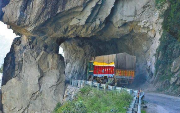 Дорога в Западных Гималаях (въезд в долину Баспа), штат Химачал-Прадеш, 1 октября 2011 года. Фото А. Андреева