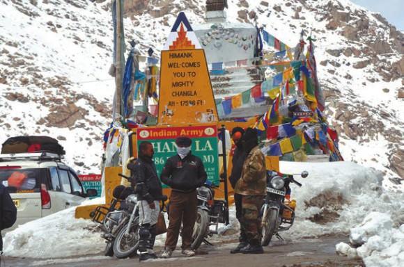 Перевал Чангла. От него дорога в Тибет,  10 мая 2013 года. Фото А. Андреева