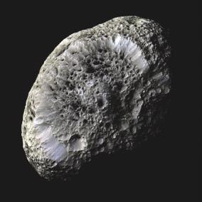 5. Заряженный Гиперион. Данные для этого открытия впервые были получены еще в 2005 году, когда Cassini сближался с удивительной «пористой» луной Сатурна. Тогда аппарат попал в поток электронов — своеобразный «катодный луч», шедший со спутника. Сила электронного потока была эквивалентна удару тока в 200 В. Судя по всему, Гиперион за счет своей особой поверхности «собирает» заряд с заряженных частиц космической пыли.