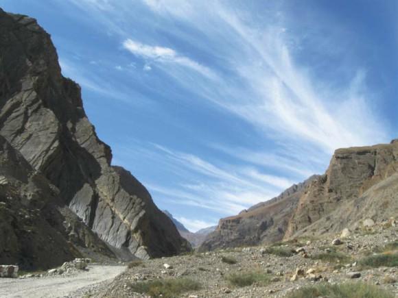Ущелье в долине Пин. Перистые облака. 7 октября 2011 года. Фото А. Львовского