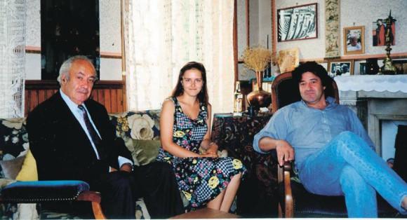 Слева Пьер Дени,  справа его сын Гвендаль Дени. Снято в доме  Пьера Дени в 1996 году в Дуарнене. На других фото — бретонские читатели
