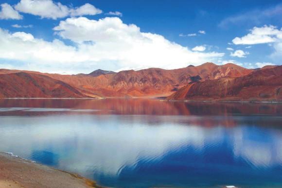 Озеро Пангонг (4273 м). Западная окраина тибетского нагорья.  10 мая 2013 года.  Фото В. Скворцова
