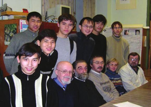 Проф. А. Г. Шавва с коллегами готовит команду школьников Казахстана к Международной олимпиаде по химии. Сотрудничество с петербургскими школами для ученых тоже было обычным делом