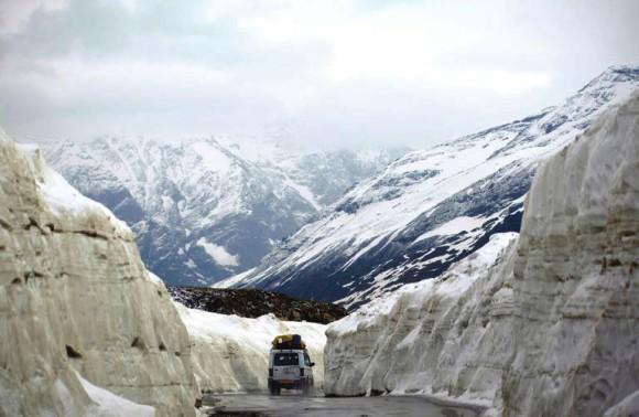 Дорога к перевалу Ротанг из долины Куллу. 15 июня 2015 года