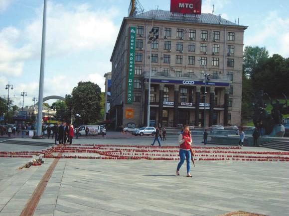 Поминальные свечи на Майдане,  как у нас на месте расстрела Бориса Немцова
