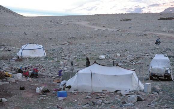 Стоянка кочевников близ озера Цоморири. Плоскогорье Рупшу, 4680 м. 18 июня 2015 года
