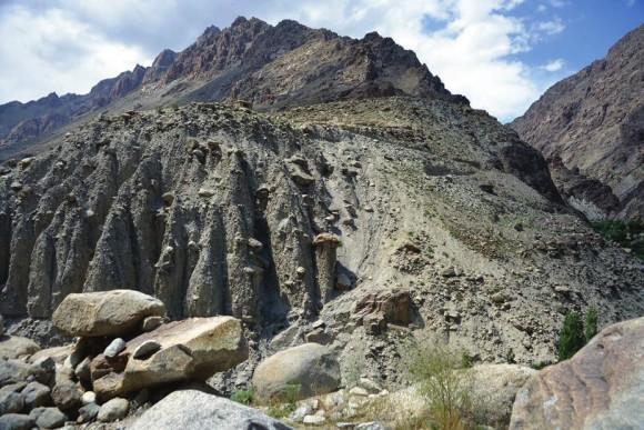 С запада, севера и юга деревня окружена каменистыми пустынями