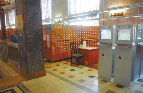 Алфавитный читательский каталог у мраморной лестницы. В скором времени будет перемещен.