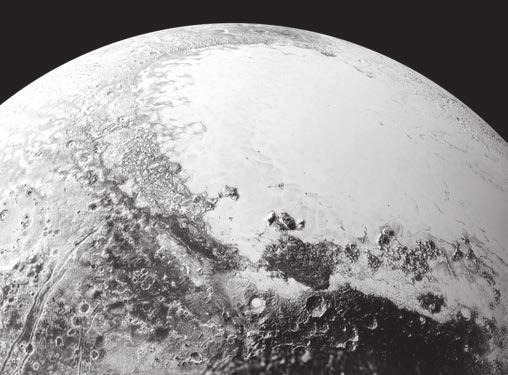 1. Такой вид Плутон имел бы с высоты 1800 км над экватором, если смотреть на его северо-восточную часть. Темный участок внизу с кратерами неофициально назван пока областью Ктулху (Cthulhu Regio), а яркая ледяная гладь вверху — равниной Спутника (Sputnik Planum) — в честь первого советского спутника. Всё фото в ширину занимает 1800 км. Снимки были сделаны во время пролета 14 июля 2015 года с расстояния 80 тыс. км.