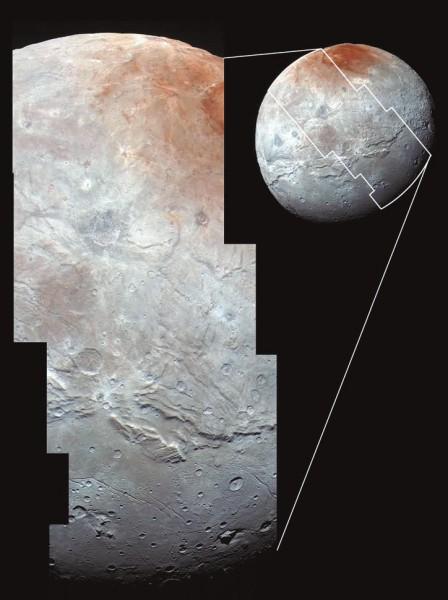 4. Это самое качественное изображение крупнейшего спутника Плутона Харона. Харон (его диаметр — 1200 км, что вдвое меньше самого Плутона) раскрывает удивительно сложную геологическую историю, в том числе тектонические разломы, относительно гладкие равнины, царапины, пока неясные особенности рельефа в правой части и в значительной степени кратеризованные регионы в центре и верхней левой части диска. Наличествуют также замысловатые узоры на отражающей поверхности Харона, в том числе яркие и темные лучи, расходящиеся от кратеров, и таинственное красноватое пятно Мордор (Mordor Macula) в приполярной области в верхней части снимка. Наименьшие видимые объекты достигают 0,8 км в поперечнике.