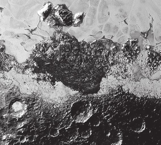 3. Этот 350-километровый вид Плутона от New Horizons демонстрирует невероятное разнообразие поверхностных коэффициентов отражения и геологических форм рельефа на карликовой планете. Изображение включает в себя как темные древние сильно кратеризованные участки, так и яркие гладкие геологически молодые вкрапления, а также горные массивы и загадочные темные округлые холмы, напоминающие земные дюны. Их происхождение остается предметом дискуссий. Разумеется, при нынешней почти эфемерной атмосфере привычные нам дюны образоваться не могут, но Плутон мог обладать более-менее плотной атмосферой в прошлом, либо за появление «дюн» ответственны какие-то иные, неведомые нам процессы. Мельчайшие видимые здесь объекты — размером 0,8 км.