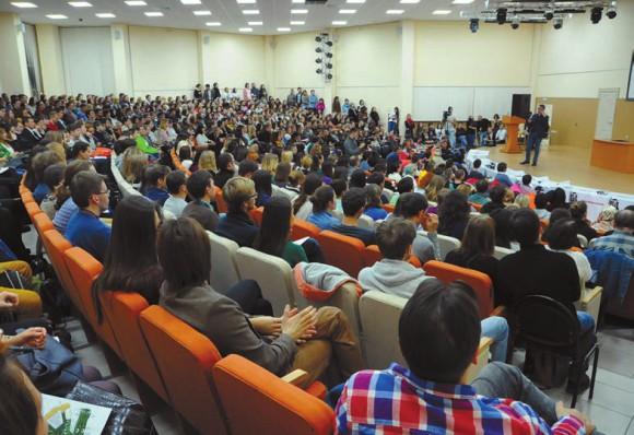 Восторженный зрительный зал (более 500 человек) затаив дыхание внимает Игорю Уточкину
