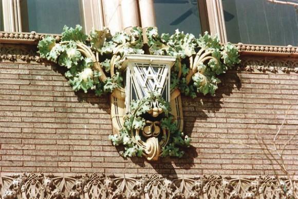 Рельеф на здании Универмага Ван Аллена (Клинтон, штат Айова)