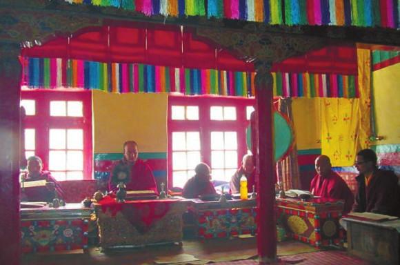 Ламы на молитве. Дзонгкуль. 3 июля