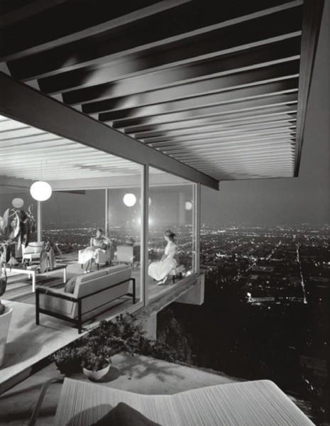 Знаменитая черно-белая работа Шульмана, где интерьер одного из домов — CSH #22 (Stahl House) — снят сквозь стеклянную стену