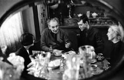 Ландау 60 лет. Чаепитие в кругу семьи. Справа от Льва Давидовича – Кора и их сын Игорь; слева – жена Игоря Светлана. 1968 г.