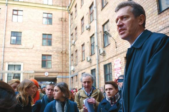 Ректору РГГУ Е. Ивахненко пришлось ответить на многочисленные вопросы студентов и преподавателей. Фото Н. Деминой