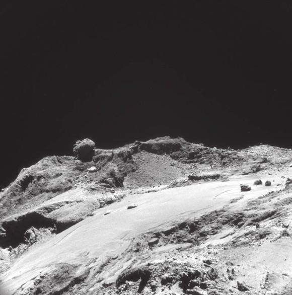Рис. 1. Изображение равнины Имхотеп на фоне скал, полученное камерой NAVCAM с расстояния 12 км. Масштаб изображения — 1 м на пиксель. В ширину снимок охватывает 1,1 км. Фото ESA/Rosetta/NAVCAM.