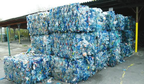 Блоки прессованных пластиковых бутылок. Со всем этим в перспективе могут справляться микроорганизмы. Фото: «Википедия»