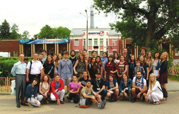 Участники Летней космической школы в г. Королёве у ракетно-космической корпорации «Энергия» им. С. П. Королёва