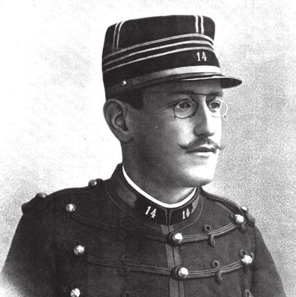 Альфред Дрейфус, французский офицер, приговоренный в 1894 году к пожизненному заключению по ложному обвинению в предательстве. В 1900 году был помилован и освобожден. В 1906 году — совершенно оправдан и восстановлен на службе. В 1918 году был награжден орденом Почетного легиона. Умер 12 июля 1935 года в Париже и был похоронен с национальными почестями
