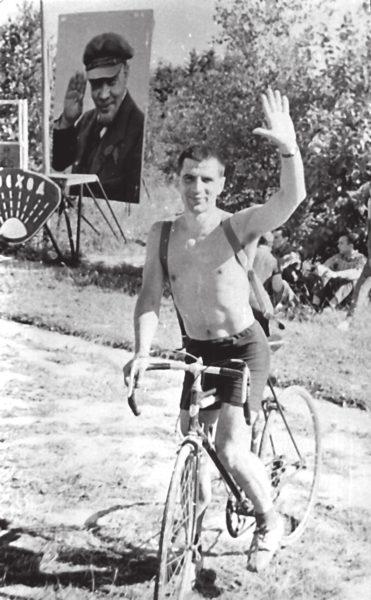 Н. Н. Константинов, по дороге на Летнюю школу по биологии на Можайском море. «Тимофеев-Ресовский переехал с Урала в Обнинск, занимался медицинской радиологией и решил устроить выступление на природе. Я приехал в Можайск на электричке, а там уже на велосипеде. И когда я там проезжал, меня сфотографировали». В 1964–1969 годах Тимофеев-Ресовский заведовал отделом радиобиологии и генетики в Институте медицинской радиологии АМН СССР в Обнинске (Калужская область). Фото В. И. Иванова, лето 1965 года