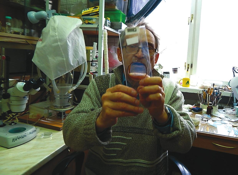 Виктор Морозов демонстрирует нанофильтр. Фото Т. Пичугиной