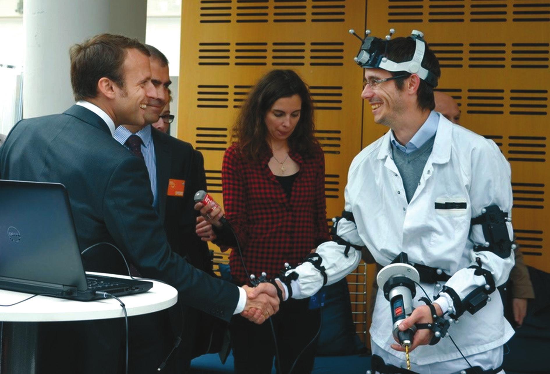 Э. Макрон на встрече с учеными. Фото пресс-службы Institut Mines-Télécom Atlantique с сайта http://web.emn.fr/x-com/albums/visite-emmanuel-macron/