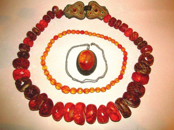 Рис. 1. Изделия из прибалтийского янтаря, Минералогический музей