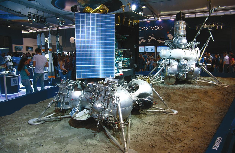 «Луна-25» и «Луна-24» (справа) на Международном авиационно-космическом салоне 2017 года. Фото А. Артамонова