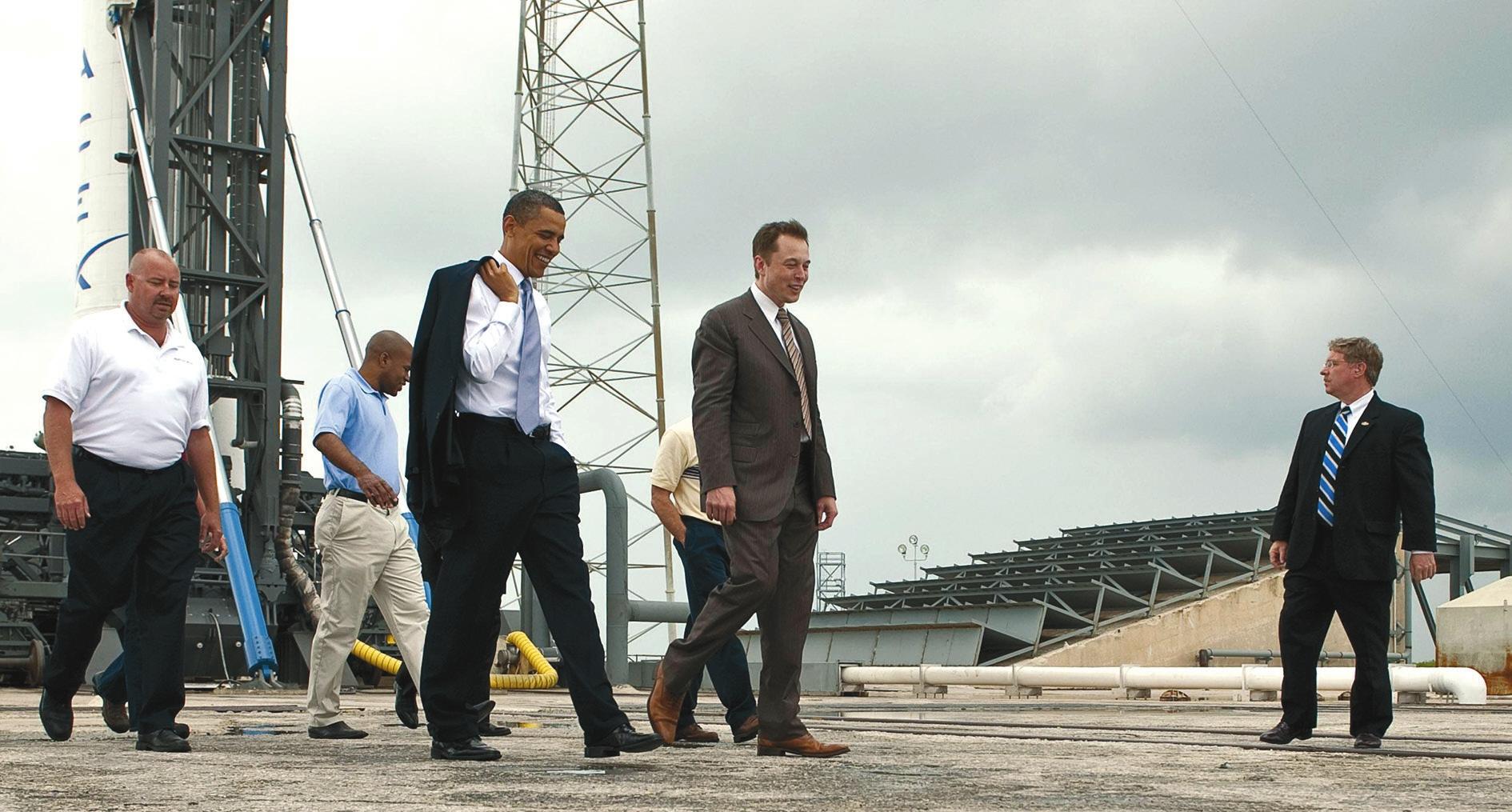 Илон Маск показывает SpaceX президенту США Бараку Обаме, апрель 2010 года. Фото Bill Ingallseu
