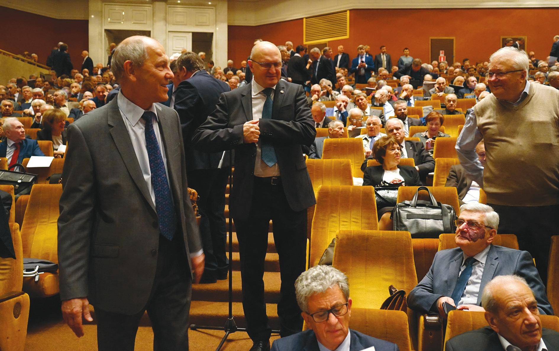 Перед началом Общего собрания РАН. Академик Валерий Рубаков собирается выступить в поддержку Сергеева
