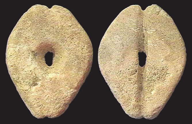 6С. Имитация каури из мрамора, 28 × 22 мм, периоды Шан и Чжоу, ок. 1400–900 годы до н. э. [3]