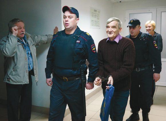 Юрий Дмитриев в коридоре Петрозаводского городского суда, 11 октября 2017 года