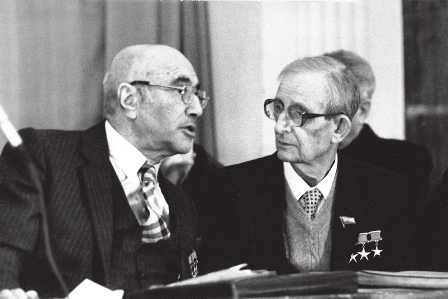 Я. Б. Зельдович и Ю. Б. Харитон на праздновании юбилеев друг друга, 1984 год